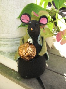 Mousey-mouse-and-nut